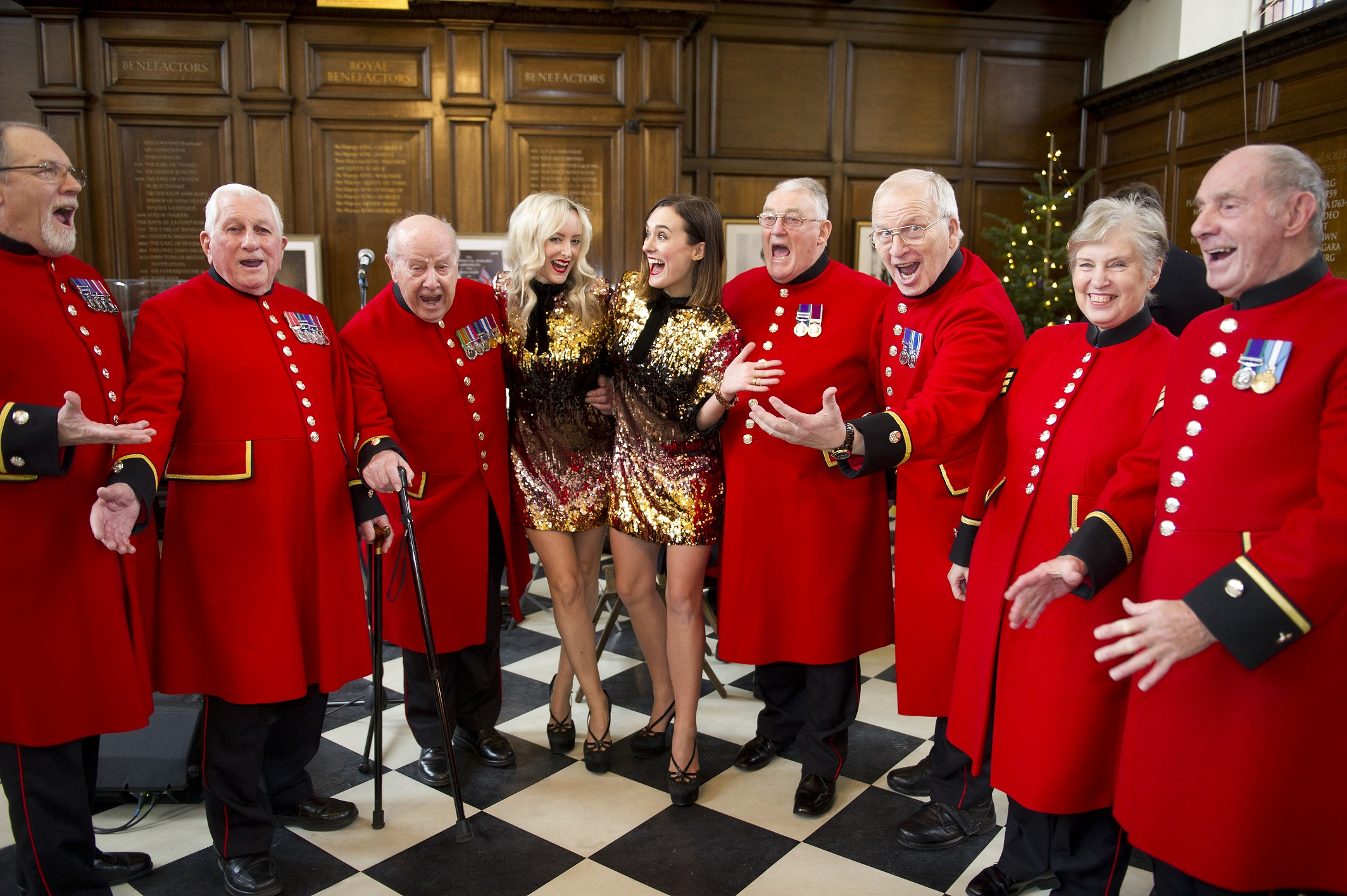 """CHELSEA PENSIONERS SAY """"CHEESE"""" TO HERALD THE START OF THE FESTIVE SEASON"""